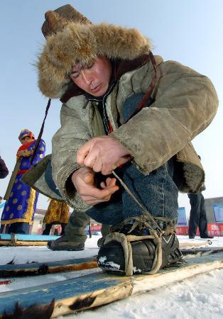 图文-古今滑雪板角逐雪莲山穿戴马皮滑雪板的牧民