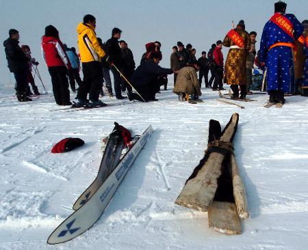 图文-古今滑雪板角逐雪莲山传统与现代对抗