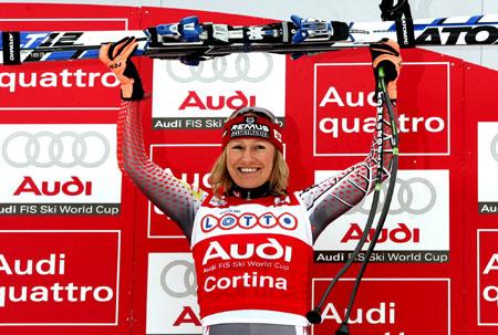 图文-高山滑雪世界杯女子速降赛冠军骄傲举起武器