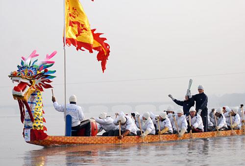 """图文-亚冬会圣火吉林传递""""龙载圣火""""行于大江"""