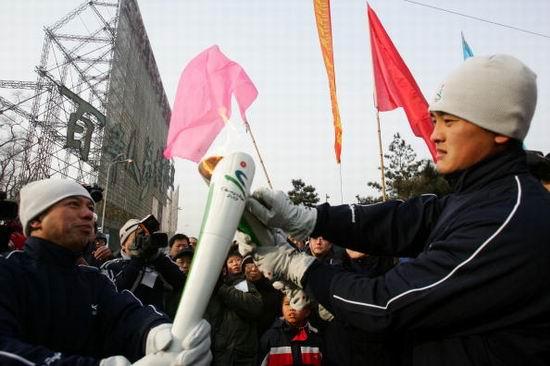 图文-亚冬会火炬在吉林传递火炬在众人关注中交接