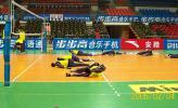 """图文-男排联赛八一3-0北京队员场地上""""摸爬滚打"""""""