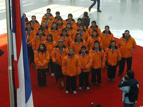 图文-亚冬会泰国代表团首个升旗团员们站立整齐