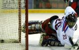 图文-[亚冬会]男子冰球比赛举行朝鲜门将望球兴叹