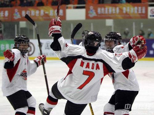 图文-女子冰球揭幕战日本3:2朝鲜日本队庆祝进球