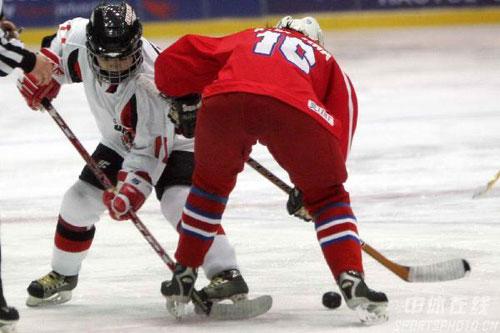 图文-女子冰球揭幕战日本3:2朝鲜正面交锋贴身肉搏