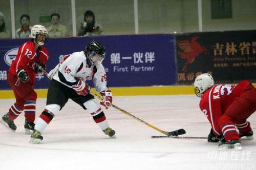 图文-女子冰球揭幕战日本3:2朝鲜面对来犯严阵以待
