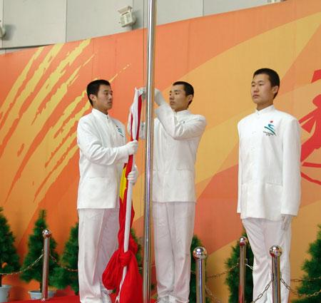 图文-07亚洲冬季运动会中国队升旗仪式旗手严肃