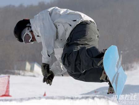 图文-亚冬会雪上项目选手赛前训练单板滑雪显魅力