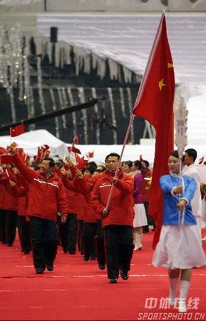 图文-亚冬会开幕式中国代表团入场中国健儿气势旺