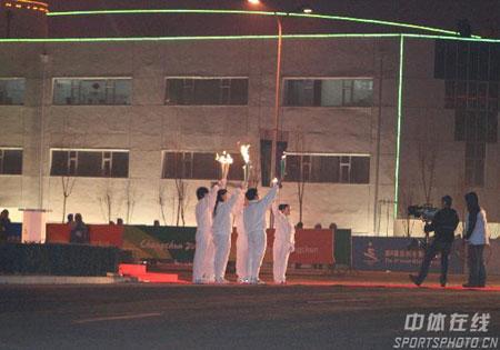 图文-2007亚冬会主火炬台点燃同举火炬众志成城