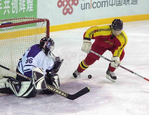 图文-[冰球]中国狂胜西亚劲旅科威特小心胯下的球