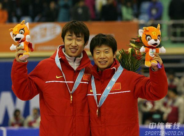 图文-隋宝库男子短道速滑1500米夺金中国双雄同领奖