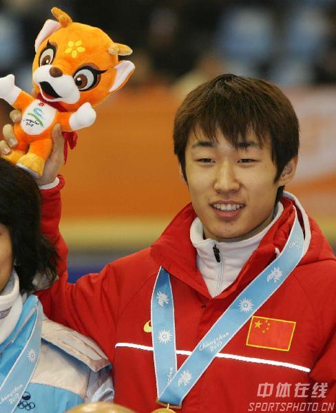 隋宝库男子短道速滑1500米夺金领奖露出笑容