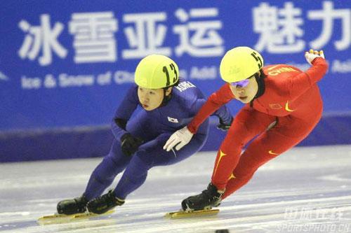 图文-女子1500短道速滑王�髡�铜韩国人企图超越