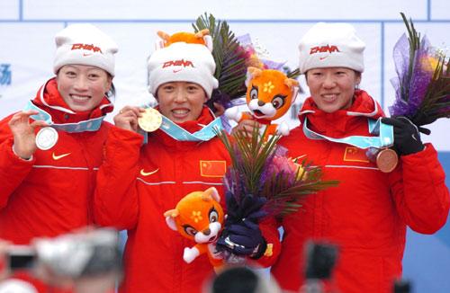 图文-冬季两项女子7.5公里中国揽前三领奖台上露笑容