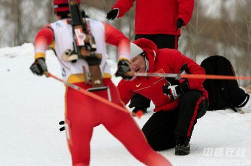 图文-女子冬季两项中国揽前三教练场边加油