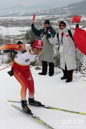 图文-女子冬季两项中国揽前三观众热情助威