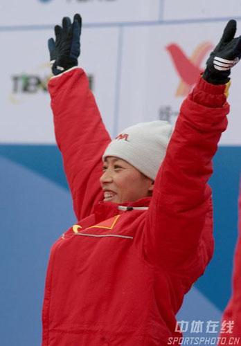 图文-女子冬季两项7.5公里中国揽前三冠军挥手致意