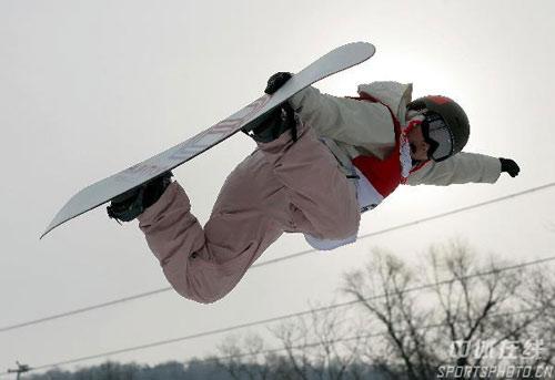 图文-女子U型场地单板雪上技巧刘佳宇空中造型