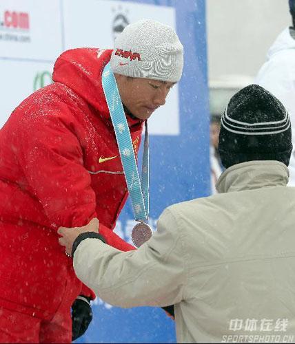 图文-冬季两项男子10公里张成烨摘银胸前挂上奖牌