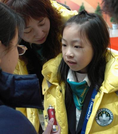 图文-九岁中国澳门女孩滑进亚冬会落落大方接受采访