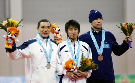 图文-速度滑冰日本男子5000米夺金领奖台上温文尔雅