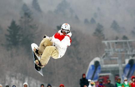 图文-单板滑雪刘佳宇获雪上技巧季军潇洒飞舞