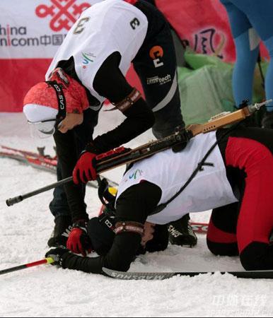 图文-冬季两项女子15公里刘显英摘金帮助疲惫队友