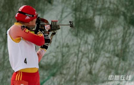 图文-冬季两项女子15公里刘显英摘金亚军最后一枪