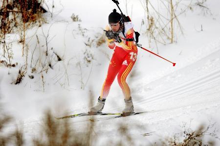 图文-冬季两项女子15公里刘显英摘金青松白雪为伴