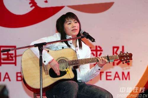 图文-中国羽毛球队春节联欢朱晶晶吉他演唱好酷