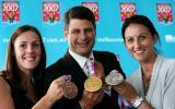 图文-墨尔本游泳世锦赛奖牌展示三人展示金银铜牌