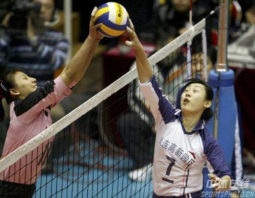 图文-女排联赛天津胜辽宁夺冠排球场上的一对一