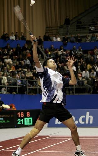 图文-瑞士羽球超级赛中国获三冠桑托索后退接球