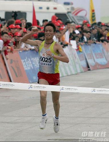 图文-07年厦门国际马拉松赛李柱宏创造了新历史