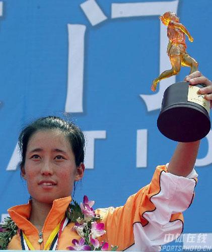 图文-07年厦门国际马拉松赛朱晓琳挂花环捧杯