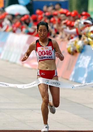 图文-厦门马拉松赛落幕朱晓琳第一个冲过终点
