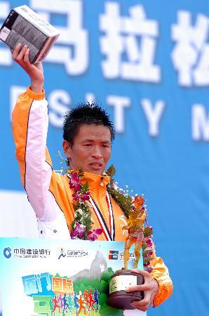图文-李柱宏夺得厦门马拉松赛男子组冠军含泪庆祝