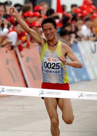 图文-李柱宏夺得厦门马拉松赛男子组冠军冲过终点