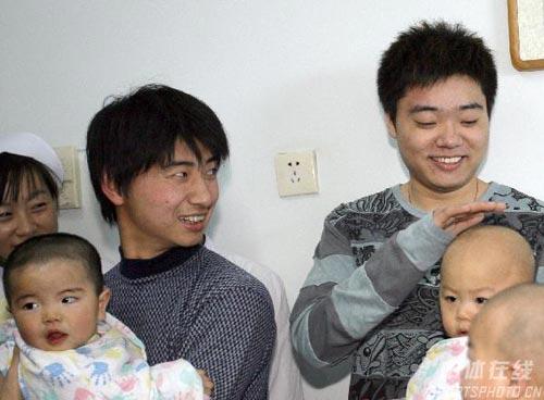 图文-丁俊晖生日之际看望患病儿童小朋友很可爱
