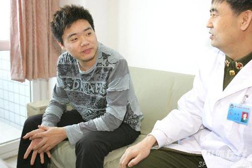 图文-丁俊晖生日之际看望患病儿童和院方亲切交谈