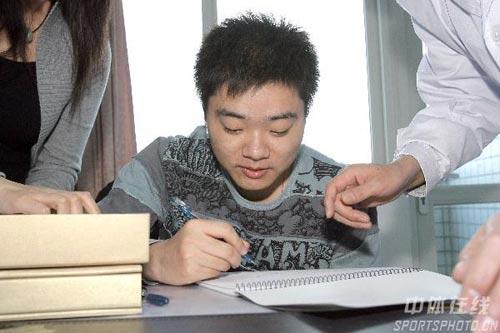 图文-丁俊晖生日之际看望患病儿童留下自己的签名