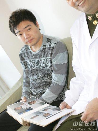 图文-丁俊晖生日之际看望患病儿童仔细查看资料