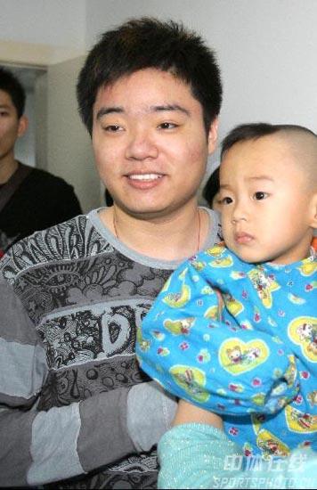 图文-丁俊晖生日之际看望患病儿童小晖和患病儿童