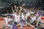 图文-上海男排胜辽宁夺得四连冠被鲜花和快乐包围