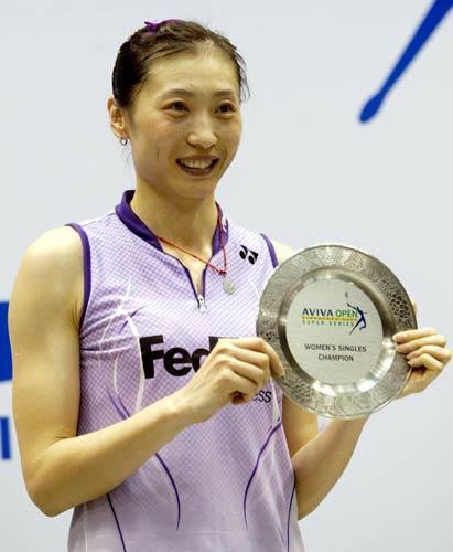 图文-羽毛球新加坡公开赛张宁女单夺冠炫一下奖杯