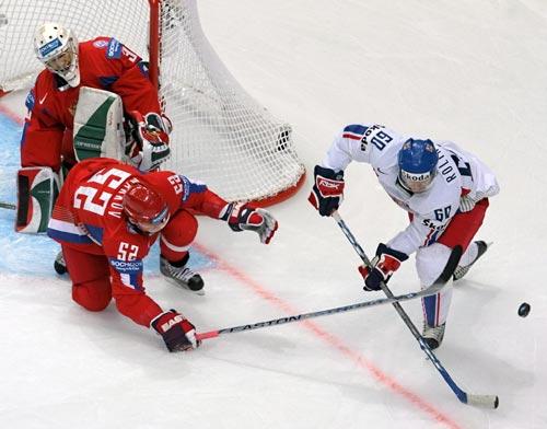 图文-冰球世锦赛俄罗斯进四强 俄后卫再化解危