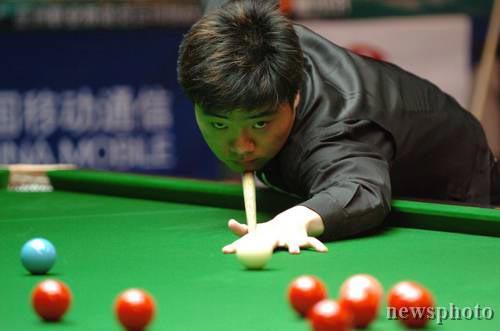 图文-亚洲职业斯诺克台球挑战赛 小晖表情专注图片