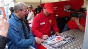 图文-F1摩托艇世锦赛法国站彭林武给艇迷签名